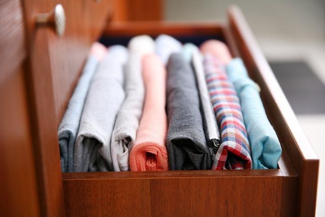 9 έξυπνοι τρόποι να μαζέψετε τα καλοκαιρινά ρούχα χωρίς να πιάνουν χώρο [video]