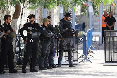 Detectores de metal em mesquita permanecerão diz governo de Israel
