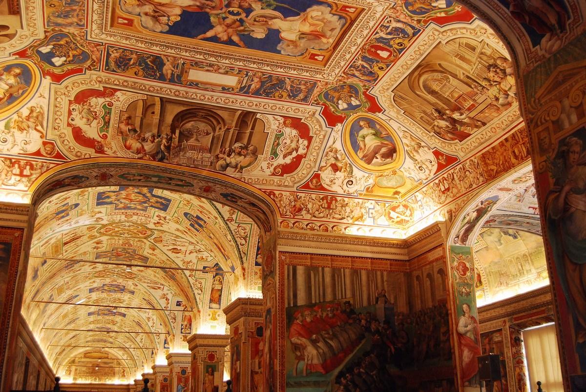 les sublimes galeries de la Bibliothèque vaticane, qui possède 1 600 000 ouvrages, dont certains manuscrits parmi les plus rares au monde.