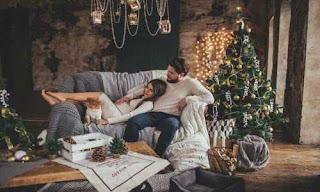 صورة رومانسية لعشاق على الكنبة
