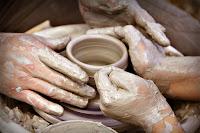 Çırağının ellerini tutarak çömlek yapan ve püf noktasını öğreten usta