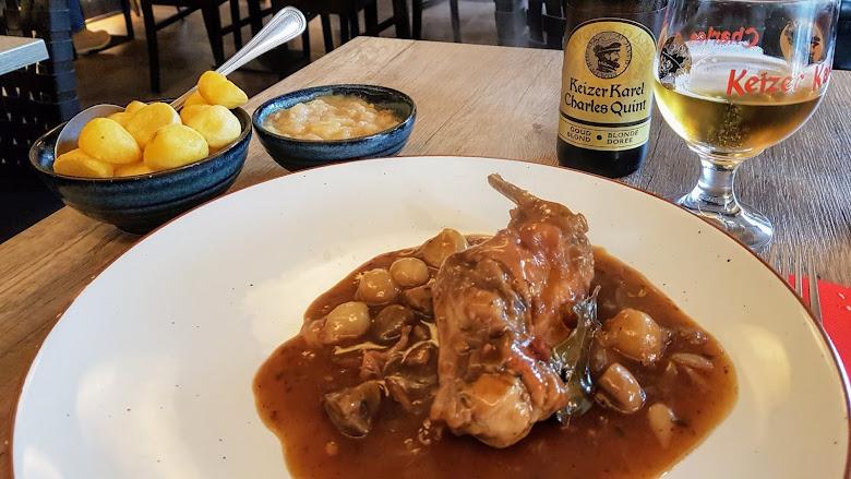 中午午餐所點的 Konijn op Vlaamse wijze,某種料理方式的兔肉餐點