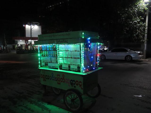 Puesto ambulante de lotería en Mandalay