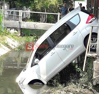 Hendak Dicuci Mobil Ini Nyungsep Ke Sungai