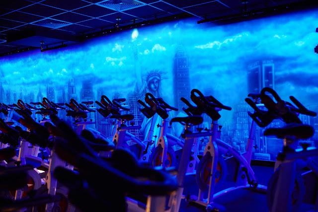 Malowanie obrazu na ścianie farbami UV, obraz świecący w ciemności, mural 3D
