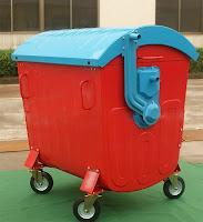 Kırmızı renkli, mavi kapaklı ve tekerlekli olan metal çöp konteyneri