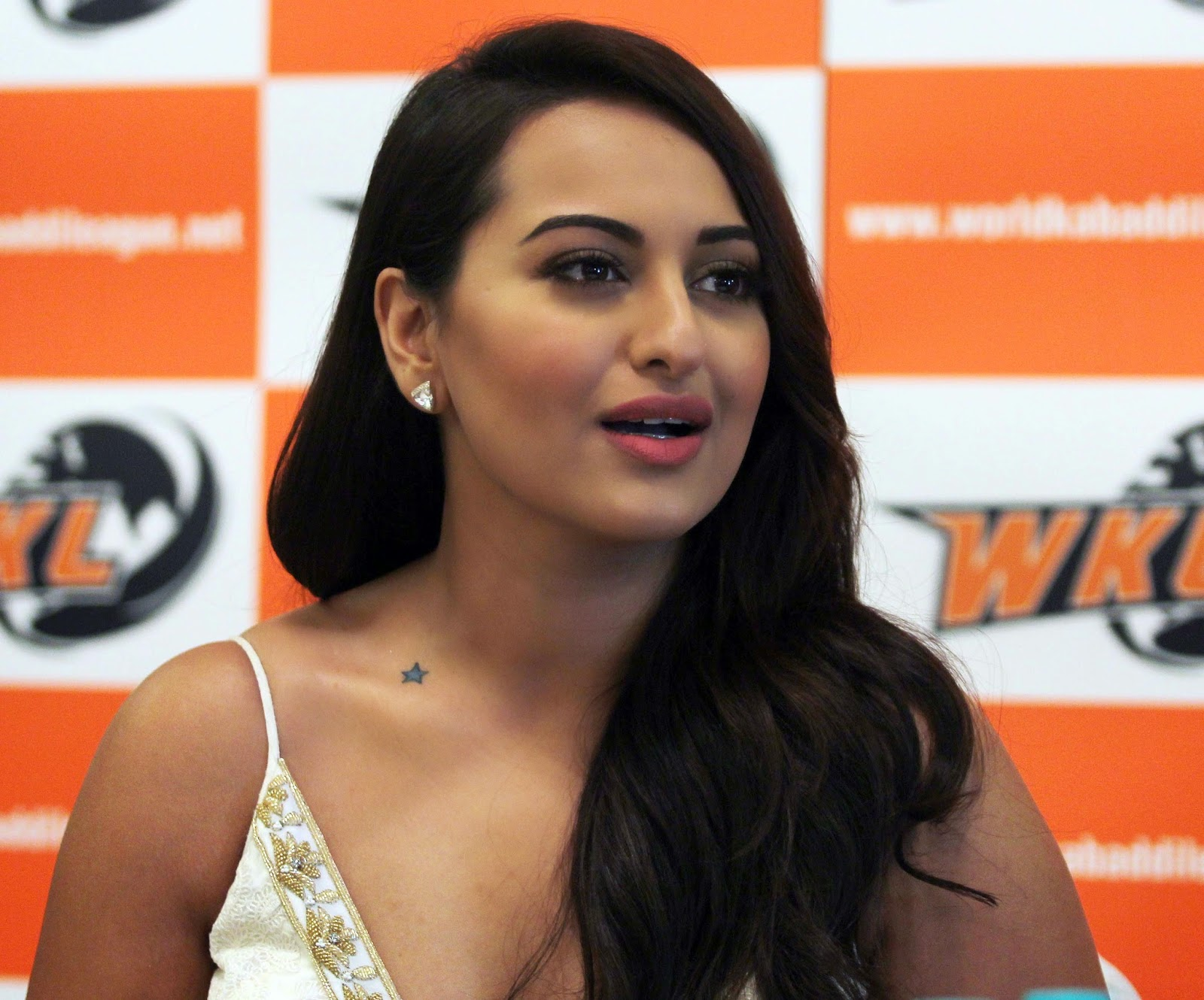 High Quality Bollywood Celebrity Pictures Sonakshi Sinha -5638