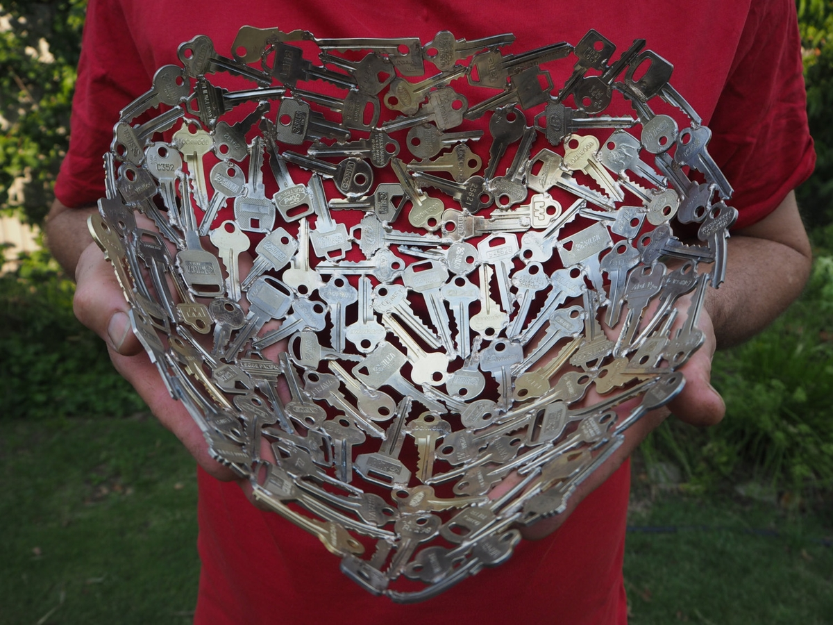 01-Large-Heart-Bowl-Michael-Moerkerk-Upcycling-Keys-to-make-sculptures-and-Accessories-www-designstack-co