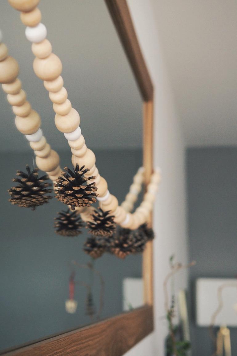 Do-it-yourself pour faire une guirlande en bois et pommes de pin