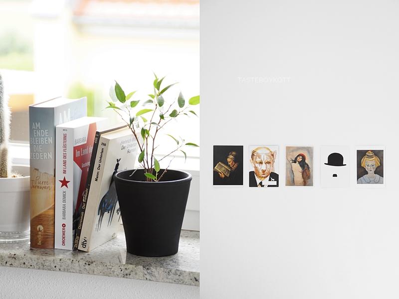 Fensterbank kreativ dekorieren mit Nachttischleuchte, Pflanzen, Büchern und Duftkerze im skandinavischen Stil; Wanddeko aus Postkarten mit Portrait-Motiven