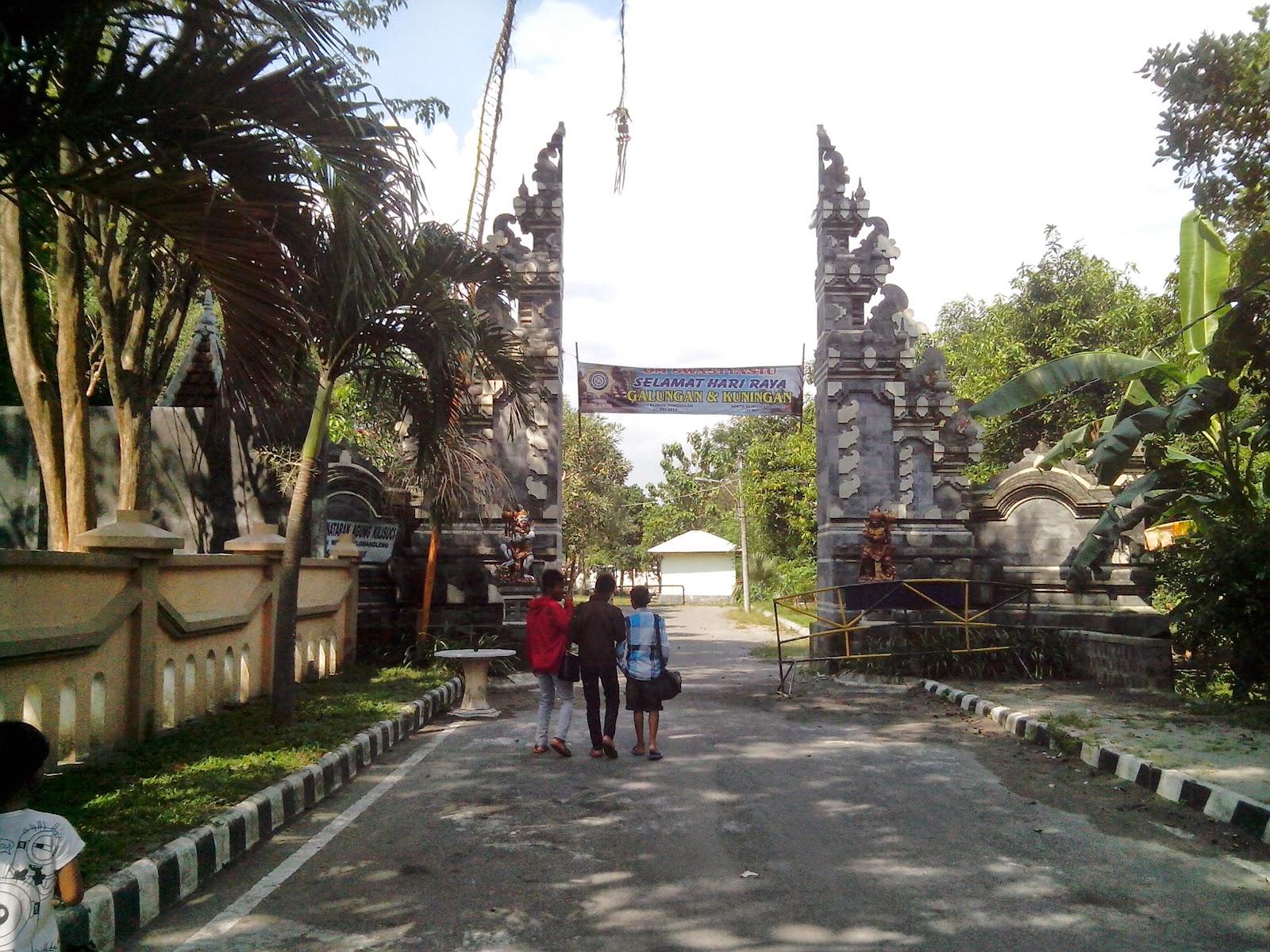 Pintu gerbang utama Pura Penataran