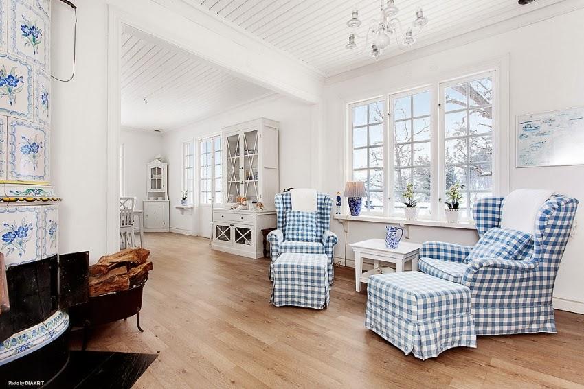 Fotele w niebieską kratę w skandynawskiej aranżacji, wystrój wnętrz, wnętrza, urządzanie domu, dekoracje wnętrz, aranżacja wnętrz, inspiracje wnętrz,interior design , dom i wnętrze, aranżacja mieszkania, modne wnętrza, styl skandynawski, białe wnętrze,