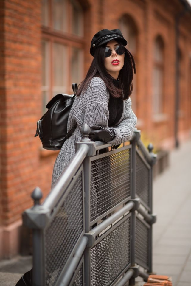 sweter z naszywkami | SheIn recenzja | jak nosić sweter z naszywkami | street fashion | lenonki | stylizacja z czapką z daszkiem | miejski styl | Lofty u Scheiblera | Księży Młyn | sesja fashion Lofty u Scheiblera | Łódź fabrykancka | historia Łodzi