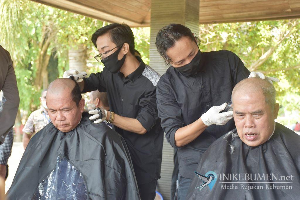 Kebumen Nihil Positif Corona, Bupati Kebumen Cukur Gundul dan Sujud Syukur