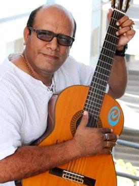 Foto de Estanis Mogollón posando con guitarra