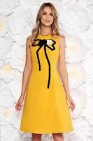 Rochie Artista mustarie eleganta in clos din material usor elastic cu aplicatii cusute manual