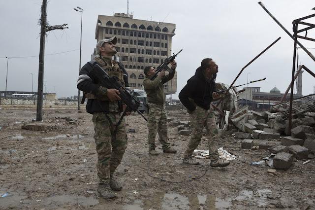 Στρατιώτες της ERD παρατηρούν ένα drone να αιωρείται