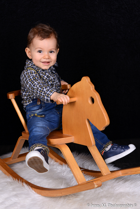 photo enfant sur cheval à bascule portrait enfant studio