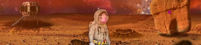 Con un módulo al fondo, un personaje embutido en un traje espacial camina sobre un polvoriento mundo rojo lleno de cráteres.