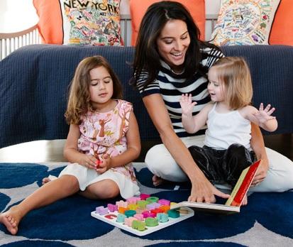 Foto de Emma Heming jugando con su pequeñas