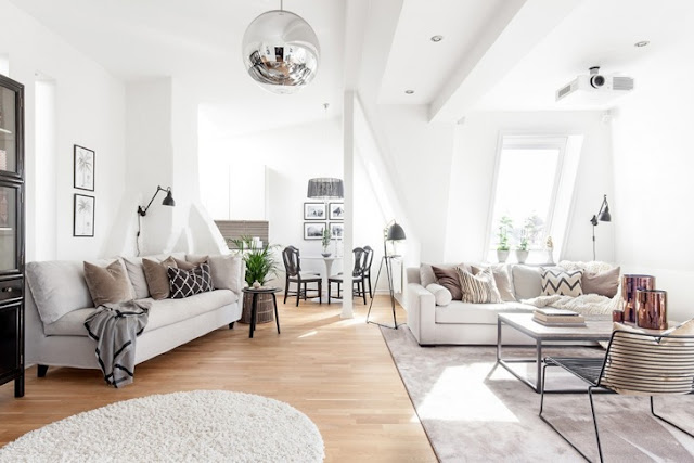 Alb, gri și crem într-o mansardă spațioasă din Suedia