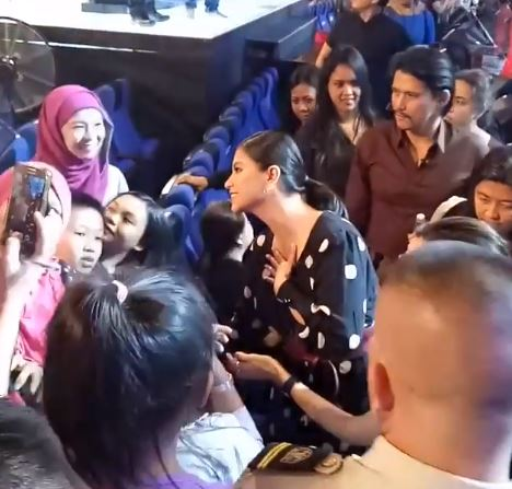 Ever Wondered How Sweet Angel Locsin Is To Her Fans? Watch  THIS!