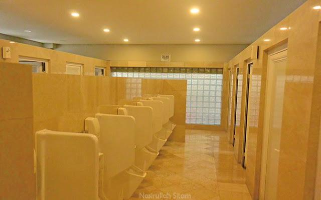 Kamar mandi di rest area cukup bersih dan terawat