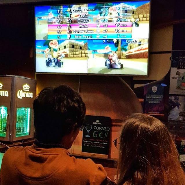 Videojuegos en el bar Afterlife