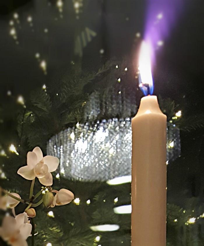 kynttilänliekki ja joulukuusi