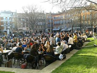 Plaza de Saint-Georges con animadas terrazas llenas de gente. Mes de marzo en Toulouse. ©Selene Garrido Guil 2016