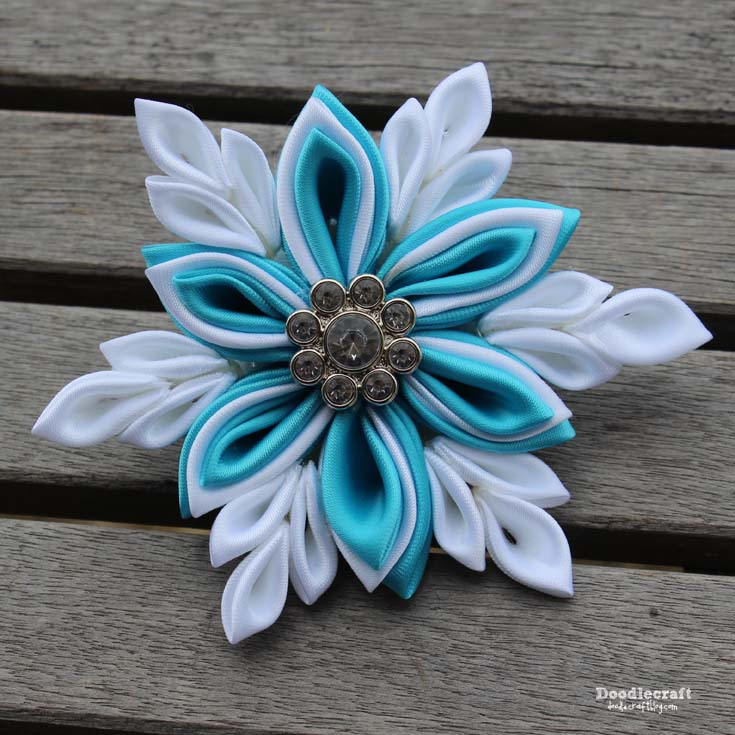 http://www.doodlecraftblog.com/2015/12/kanzashi-snowflake-hairbow-and-shabby.html