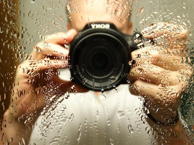 Memanfaatkan pantulan cermin untuk melakukan pengambilan gambar.