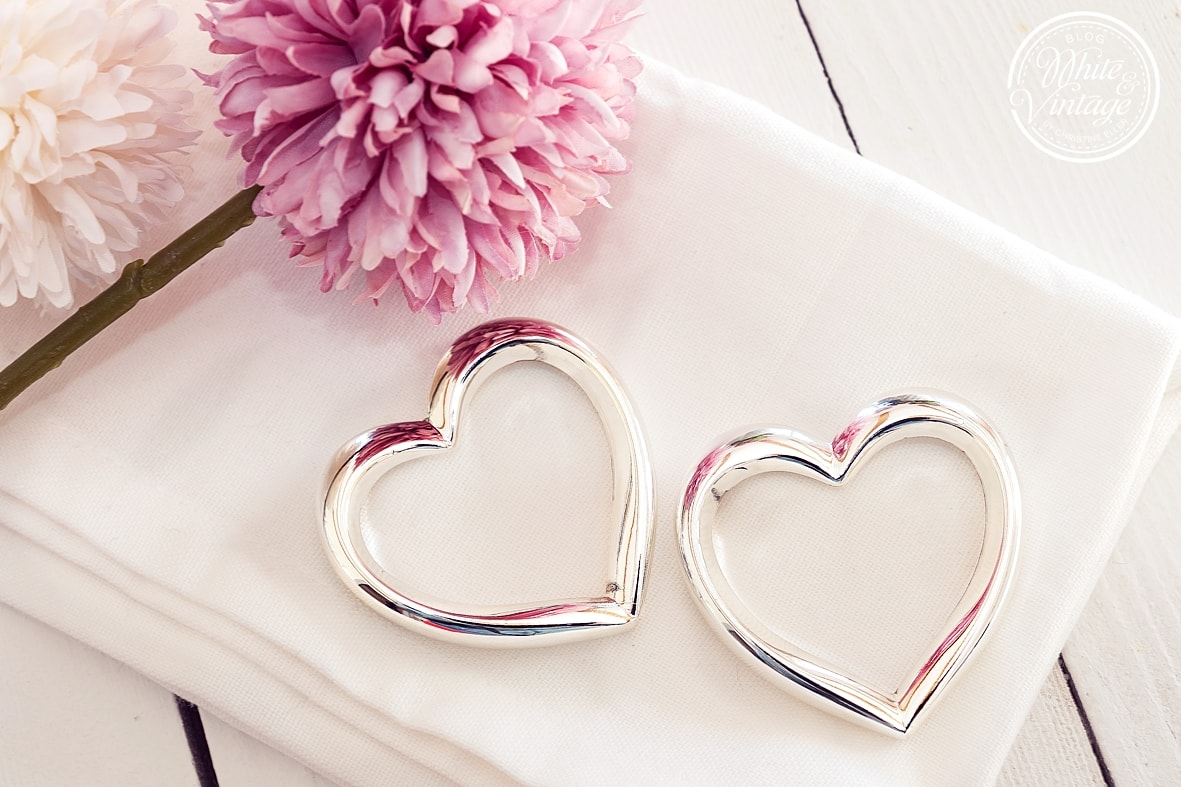Serviettenringe in Herzform für Hochzeit.