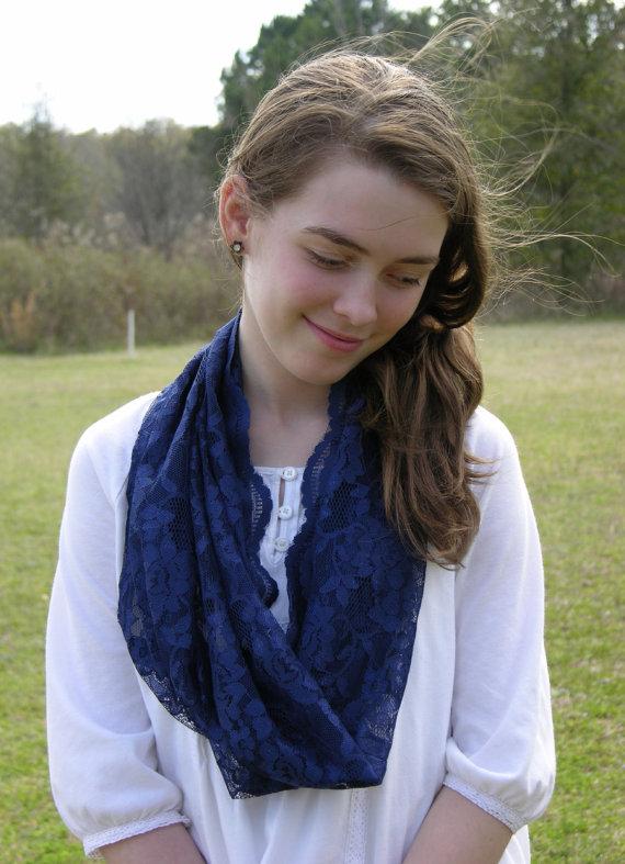 Véu e mantilha modelos, quando usar, véu azul pendurado no pescoço