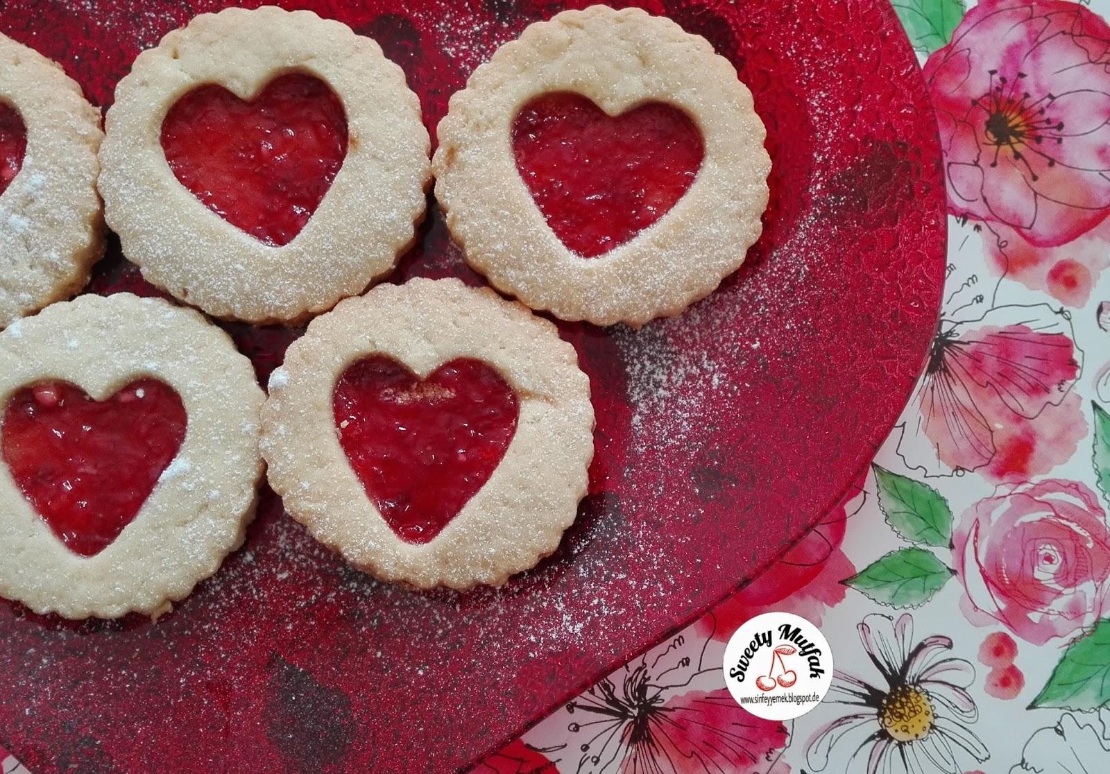 Çilek soslu kalp kurabiye