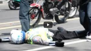 Polisi Terkapar Dipukul Balok oleh Pengendara Sepeda Motor yang tak Mau Ditilang
