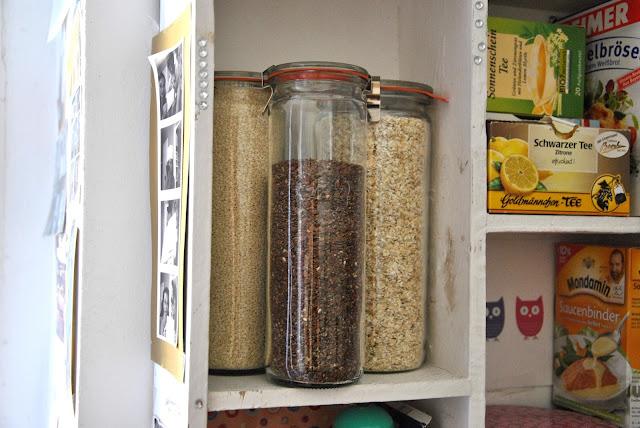 Weckgläser als Vorratsdose im Küchenregel