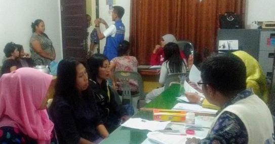 Petugas Dinas Sosial Asahan mendata pelayan kafe yang terjaring razia