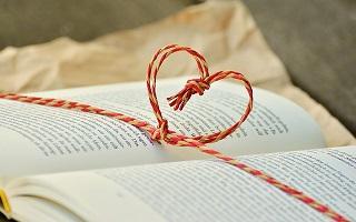 Libro con lazo en forma de corazón