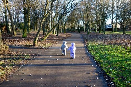 crianças vento rua folhas caidas