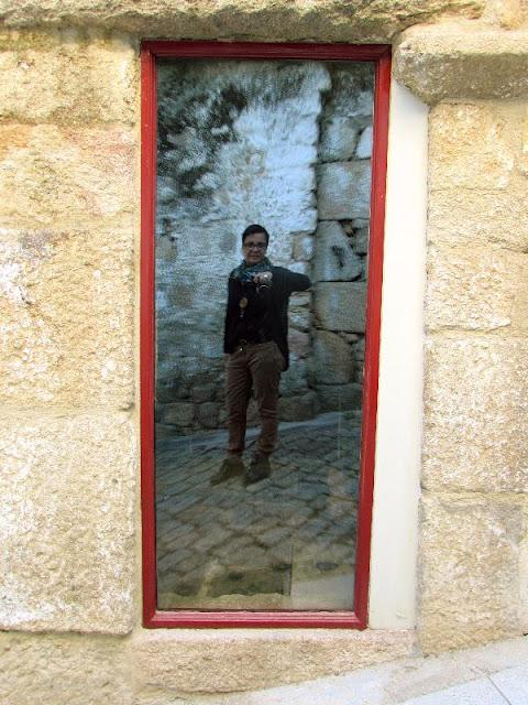 foto refletida na porta de uma casa na vila de Melgaço