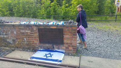 רציף 17, שלט, דגלים ונרות זיכרון