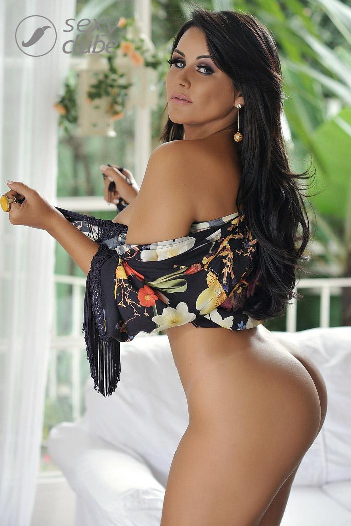 Claudia Pires, dona da Beth Cuscuz, ousa em fotos do ensaio para 'Sexy'