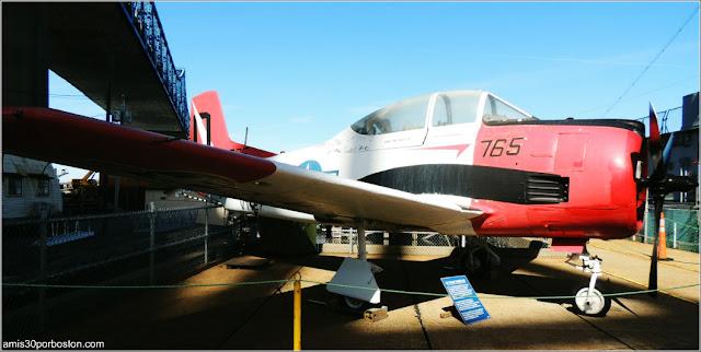 Avioneta de Entrenamiento T-28 Trojan en el Museo Battleship Cove