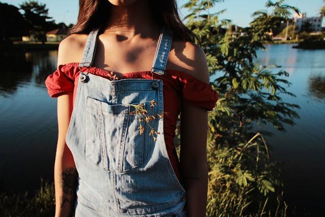 Garota usando jardineira