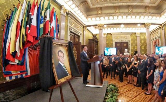 """Fastuosa ceremonia para develar el retrato de Luis Videgaray por sus """"éxitos"""" en Palacio Nacional."""