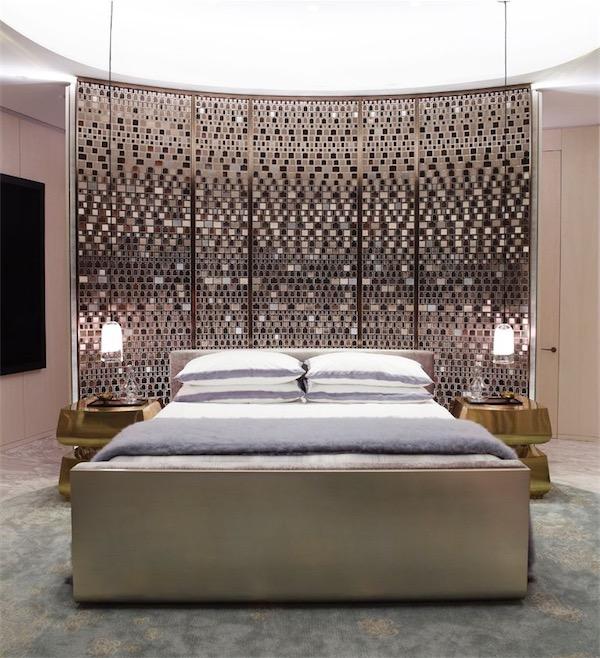 dormitorio con pared de azulejos espejo chicanddeco