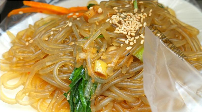 Kwangjang market seoul korea japchae noodles sesame seeds