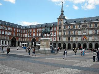 Plaza Mayor, con la estatua de Felipe III en el centro, detrás la antigua Casa de la Panadería con frescos pintadas en su fachada