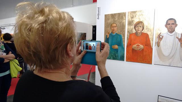 """Das Werk der Künstlerin Olga David """"BarackAngelVladimir"""" ein Publikumsmagnet auf der Messe"""